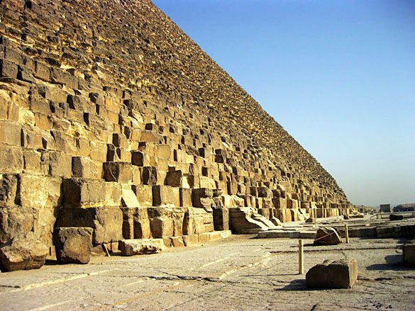 Подножие египетской пирамиды фото