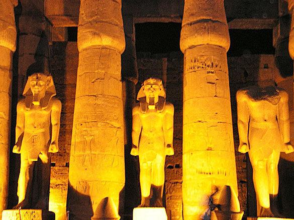 Город Луксор статуи